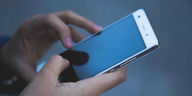 Smartphone und Tablet unterm Weihnachtsbaum: Geräte kindersicher machen und Kostenfallen vermeiden