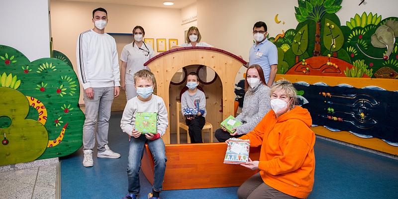 Eine Überraschung für Linus: Löwenmama Susanne Saage verteilt Geschenke an kranke Kinder im St. Ansgar Krankenhaus der KHWE – TV-Dreh auf der Station