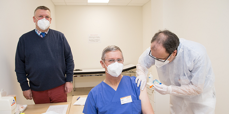 KHWE-Impfzentrum ist betriebsbereit: Erfolgreicher Start - Erste Lieferung im St. Ansgar Krankenhaus in Höxter angekommen