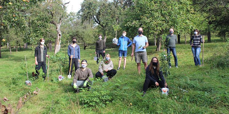 HAWK-Studierende pflanzen Obstbäume zur Baum-Aktion am Tag der Deutschen Einheit