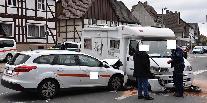 Sitzend-Krankenwagen mit Wohnmobil kollidiert – eine verletzte Person