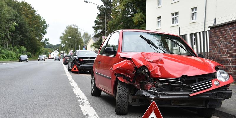 Verkehrsunfall löst Kettenreaktion aus – 1 Verletzte und mehrere beschädigte Fahrzeuge