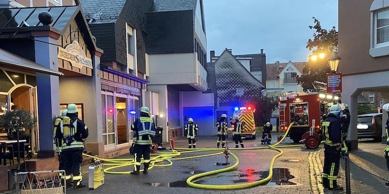 """Höxter: Feuer in einem Hotelbetrieb - Alarmstufenerhöhung auf """"Menschenleben in Gefahr"""""""