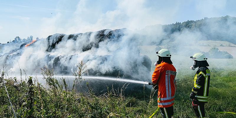 Brandserie Einbeck: Brennende Strohmiete bei Negenborn (Landkreis Northeim)