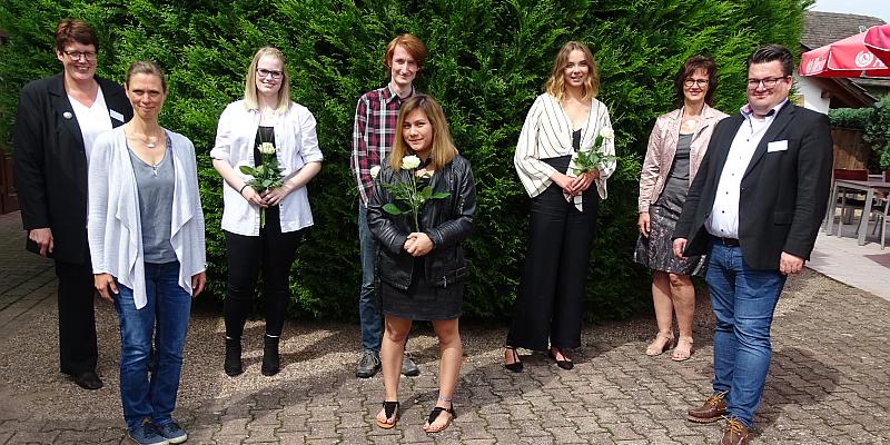 Den pflegerischen Nachwuchs professionell weiterentwickelt: Auszubildende des Agaplesion Krankenhauses Holzminden absolvieren erfolgreich Examensprüfung