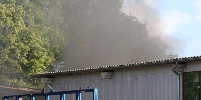 Lauenförde: Starke Rauchentwicklung durch Brand von mutmaßlichem Gefahrgut in Container