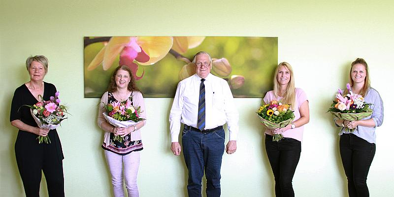 Ralf Schwager gratuliert Mitarbeiterinnen zum Firmen-Jubiläum