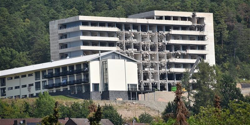 Abriss der großen Weserbergland-Klinik-Silhouette gestartet