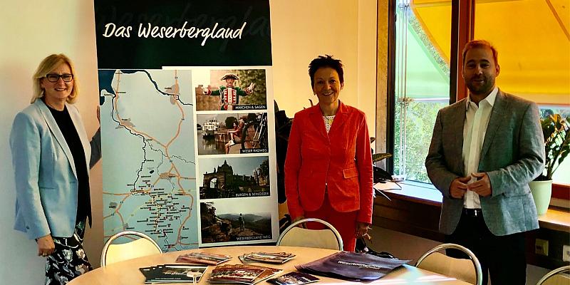 Johannes Schraps MdB und Sabine Tippelt MdL informieren sich bei der Weserbergland Tourismus e.V.