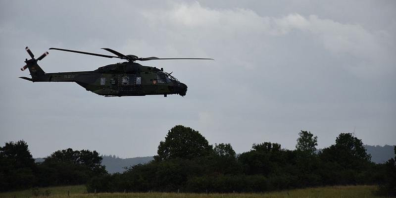 Tonnenschwerer Bundeswehrhubschrauber landet auf dem Flugplatz Höxter-Holzminden