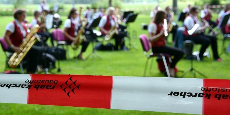 """""""Musik mit Abstand"""" der Blaskapelle Lüchtringen begeistert viele Zuhörer*innen auf dem Lüchtringer Festplatz"""