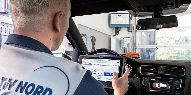 Tablet-TÜV statt Datenblatt - Die Digitalisierung der Fahrzeugprüfung