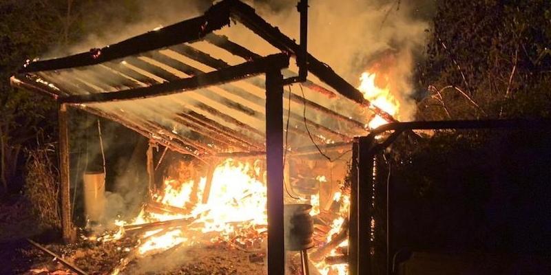 Feuerschein am Godelheimer See: Feuerwehr nächtens im Einsatz