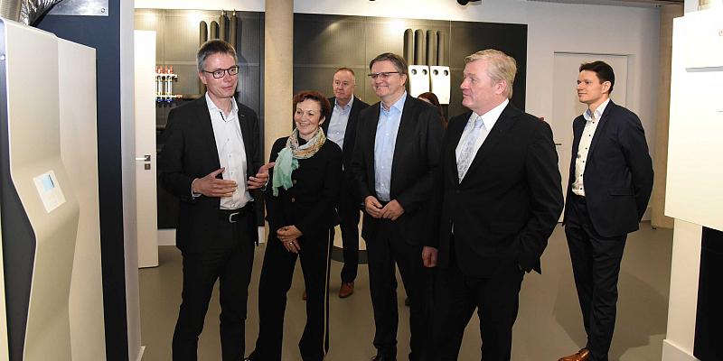 Niedersachsens Wirtschaftsminister Althusmann bei STIEBEL ELTRON