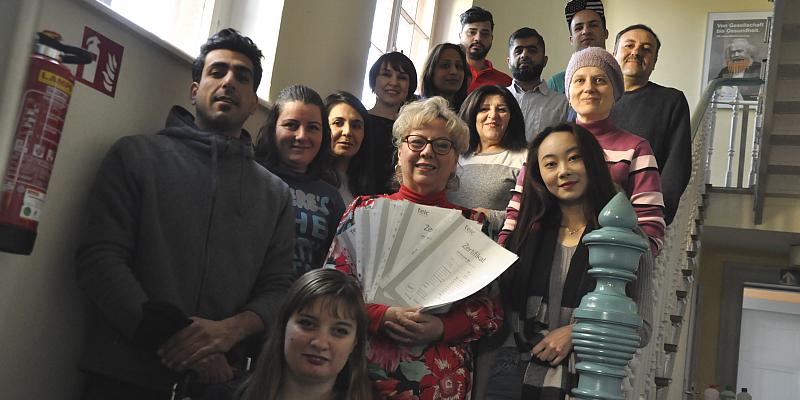 14 Absolventen eines Deutsch-Kurses freuen sich über ihr B2 Zertifikat