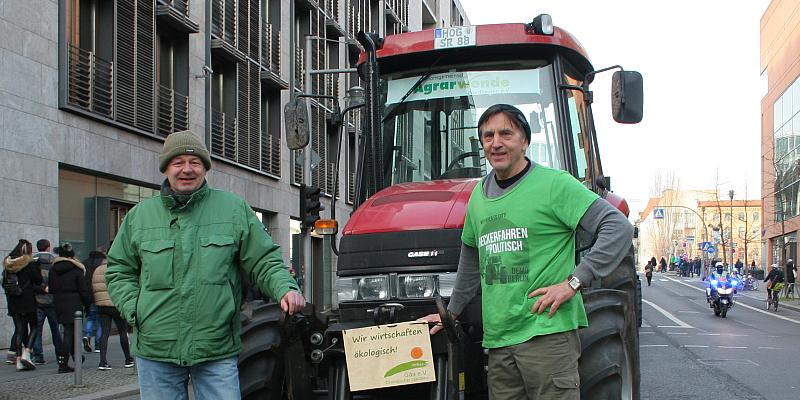 """Mit dem Trecker gegen die Agrarindustrie - Holzmindener Grüne in Berlin bei Großdemo """"Wir haben Agrarindustrie satt"""""""