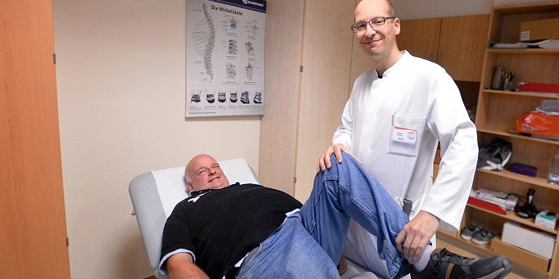 Wenn das Knie plötzlich schlapp macht: Eschershäuser Postbote Ulrich Haupt hat Knieprothesen - und läuft 25 Kilometer am Tag