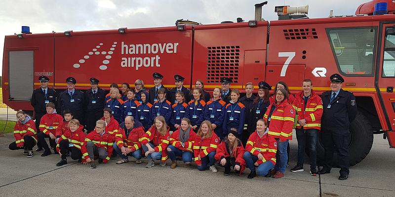Ein spannender Tag in Hannover: Jugend der Feuerwehr Boffzen und der DLRG Holzminden besichtigt Flughafen