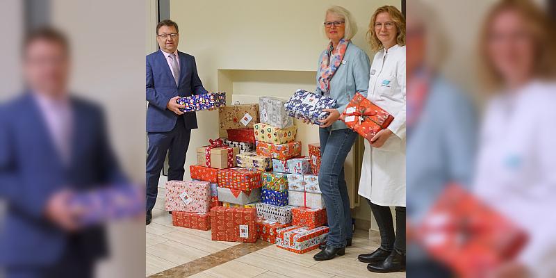 """""""Weihnachten ist die Zeit des Gebens"""" - Die Institute Dr. Schrader schicken zahlreiche Weihnachtspäckchen auf die Reise"""