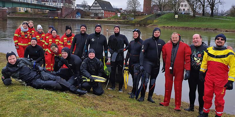 Neujahrsanschwimmen der DLRG Holzminden mit Kameraden aus Höxter: 12 Schwimmer in der Weser