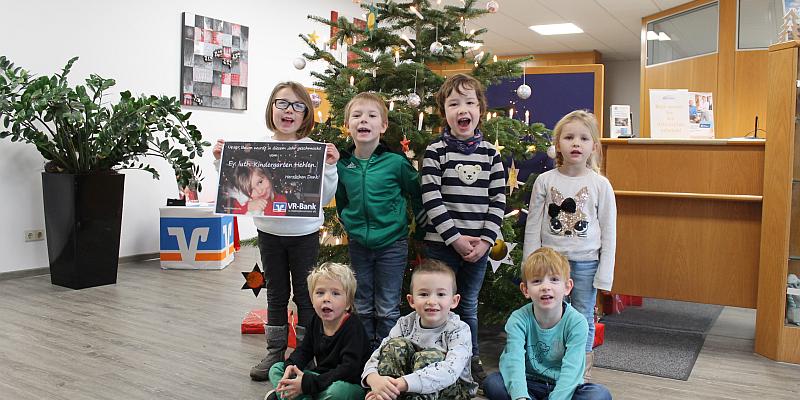 174 Kinder basteln den Weihnachtsschmuck für die VR-Bank-Weihnachtsbäume
