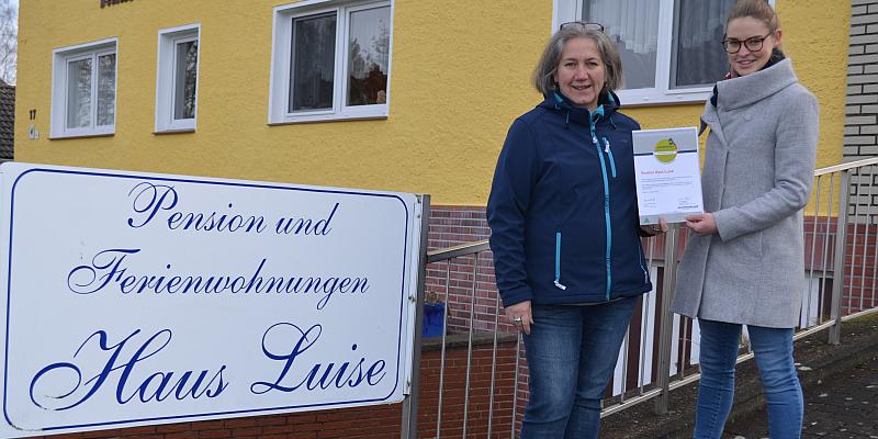 """Pension Haus Luise bleibt """"Qualitätsgastgeber Wanderbares Deutschland"""" - Solling-Vogler-Region überreicht Auszeichnung vom Deutschen Wanderverband"""
