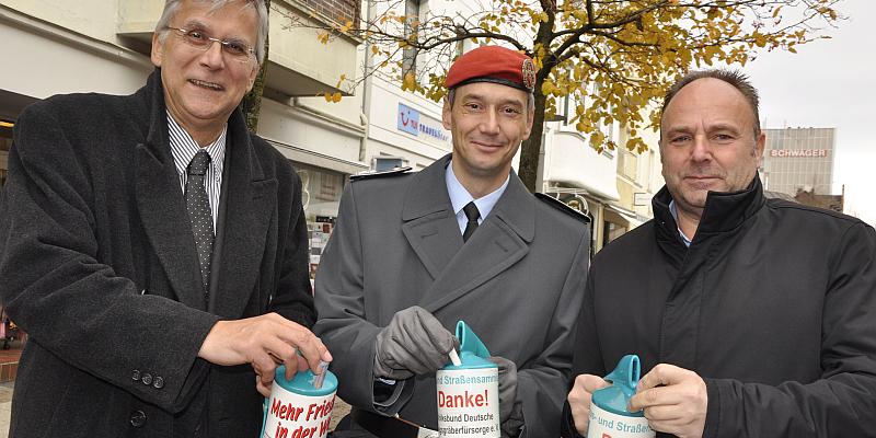Sammeln für das Erinnern:  Landrat, Bürgermeister und Kommandeur sammeln in der Fußgängerzone für den Volksbund