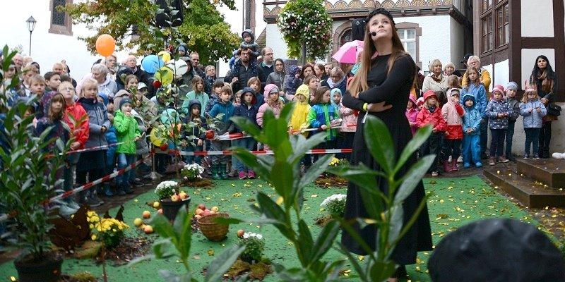 25. Märchensonntag: Für Kinder regnete es Süßigkeiten