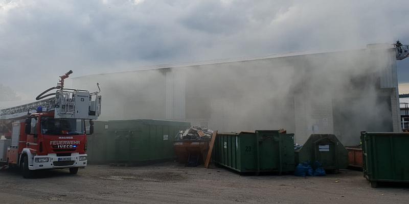 Großbrand in Beverungen bindet zahlreiche Einsatzkräfte - Feuerwehrkräfte aus Landkreis Holzminden unterstützen vor Ort