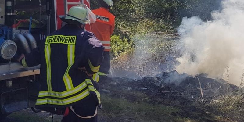 Ortsfeuerwehren verhindern Übergreifen der Flammen nahe Bahnlinie